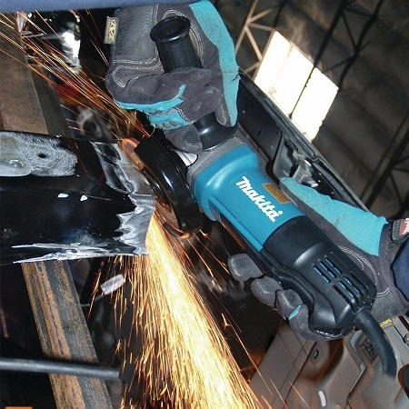 Cutting With Makita 9557PBX1 Angle Grinder